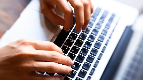 Руки над клавиатурой  - Sputnik Узбекистан