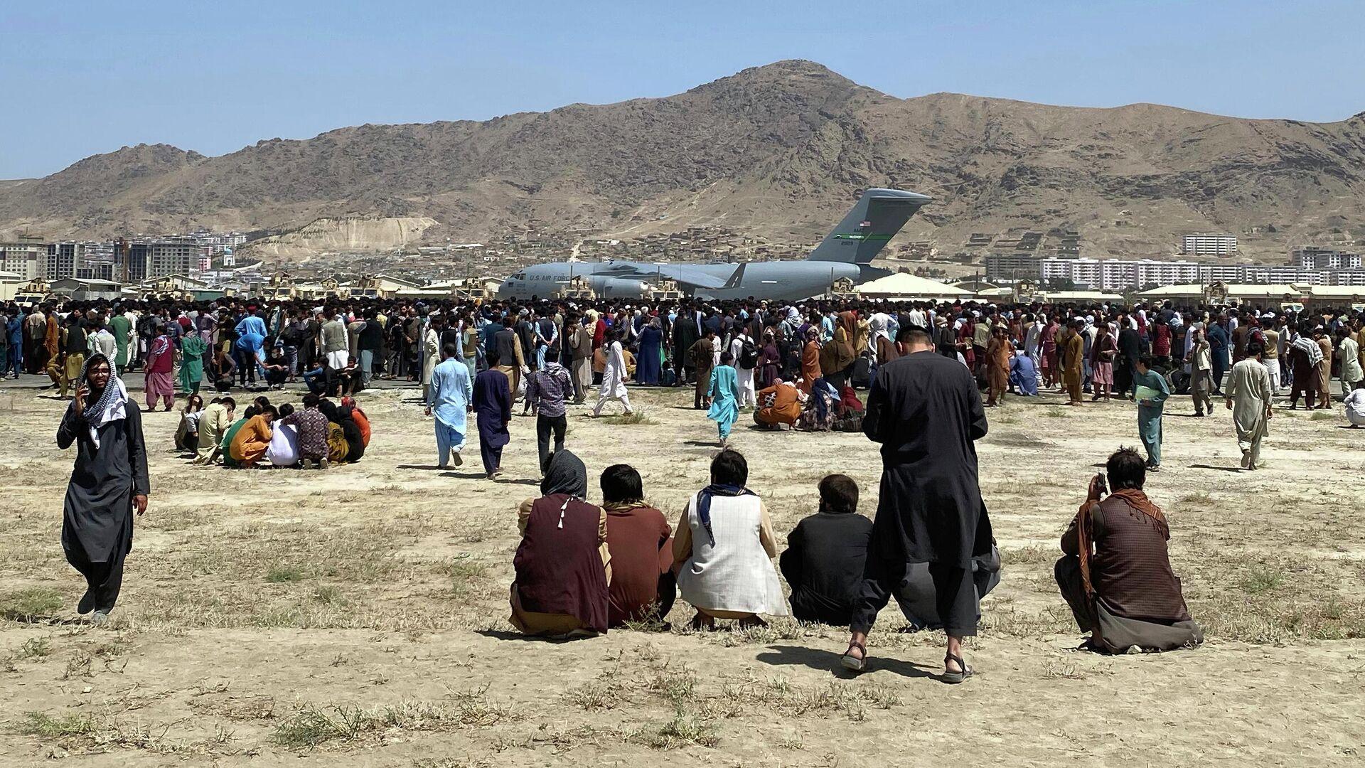 Sotni lyudey sobralis vozle transportnogo samoleta C-17 VVS SSHA na perimetre mejdunarodnogo aeroporta v Kabule - Sputnik Oʻzbekiston, 1920, 17.08.2021