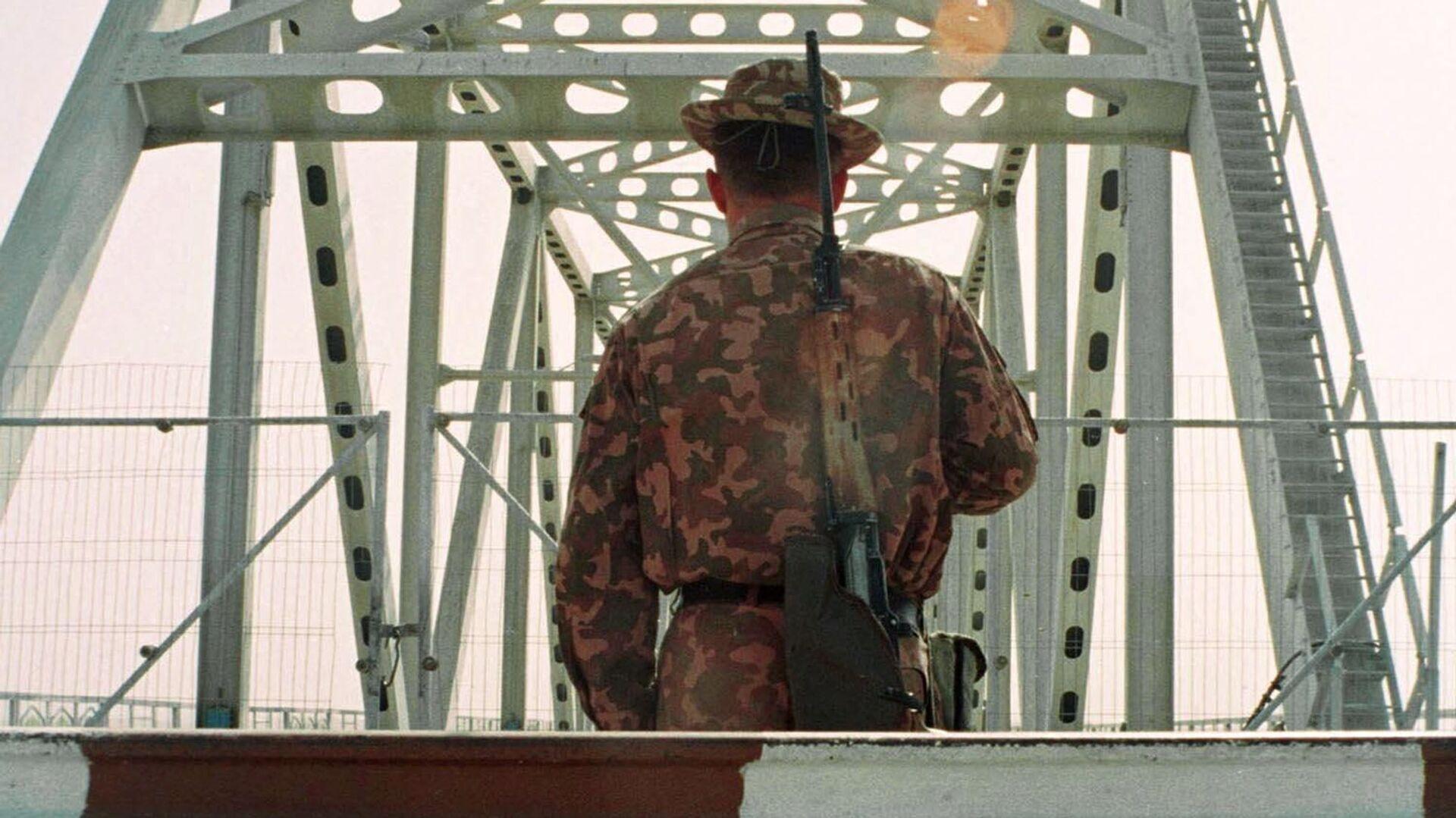 Узбекский пограничник на границе с Афганистаном у города Термез - Sputnik Ўзбекистон, 1920, 06.09.2021