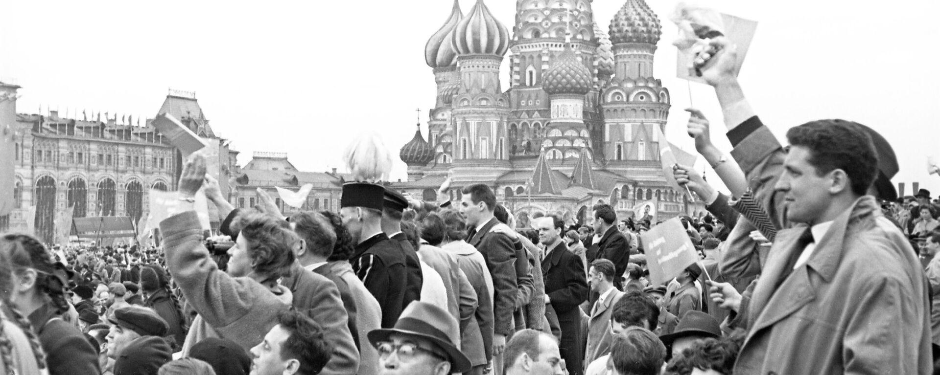Первомайская демонстрация трудящихся на Красной площади, 1 мая 1960 года - Sputnik Узбекистан, 1920, 19.08.2021