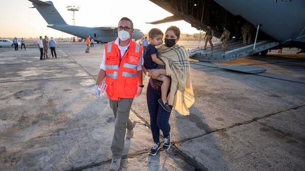 Эвакуированные жители Кабула в аэропорту Ташкента - Sputnik Узбекистан