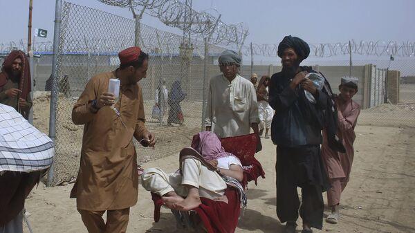 Афганские беженцы въезжают в Пакистан через пограничный переход в Чамане - Sputnik Ўзбекистон