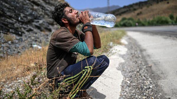 Afganskiy migrant pyet vodu v Tatvane - Sputnik Oʻzbekiston