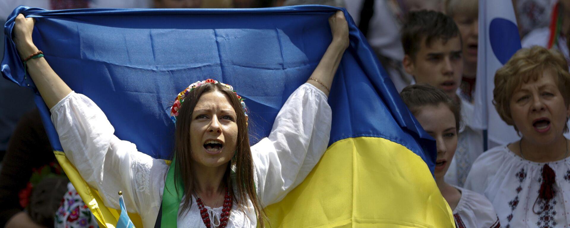 Женщина в вышиванке с украинским флагом на марше в Киеве, Украина - Sputnik Узбекистан, 1920, 23.08.2021