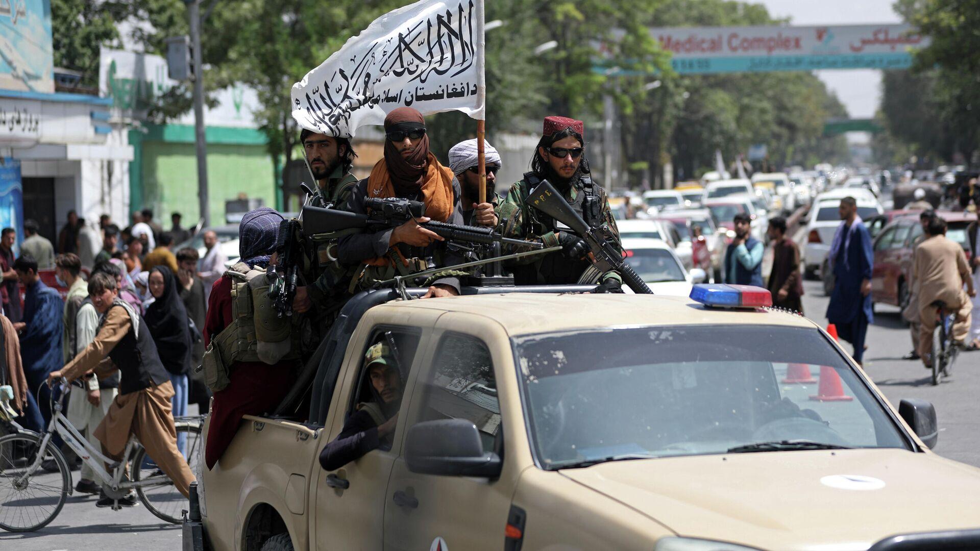Boyeviki dvijeniya Taliban* (terroristicheskaya organizatsiya zapreщennaya v RF) vo vremya patrulirovaniya v Kabule - Sputnik Oʻzbekiston, 1920, 06.09.2021