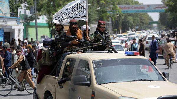 Boyeviki dvijeniya Taliban* (terroristicheskaya organizatsiya zapreщennaya v RF) vo vremya patrulirovaniya v Kabule - Sputnik Oʻzbekiston