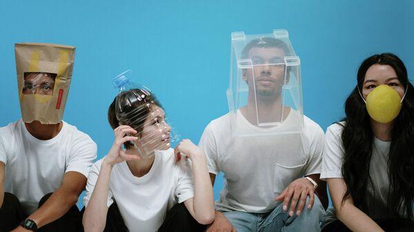 Мужчины и женщины сидят в самодельных масках - Sputnik Узбекистан