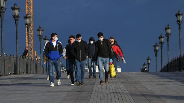 Пешеходы идут по Патриаршему мосту в Москве - Sputnik Узбекистан