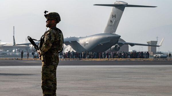 Американский военный в аэропорту Кабула, 20 августа 2021 года - Sputnik Узбекистан