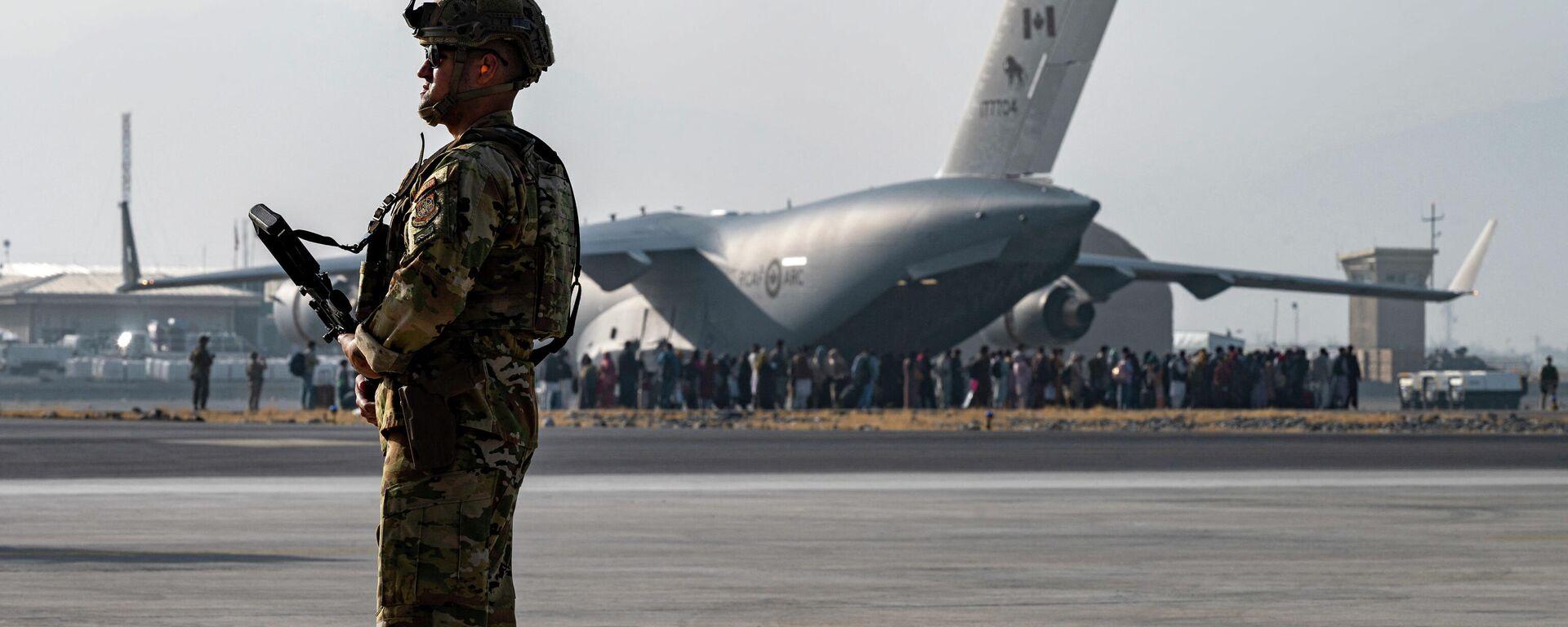 Amerikanskiy voyennыy v aeroportu Kabula, 20 avgusta 2021 goda - Sputnik Oʻzbekiston, 1920, 23.08.2021