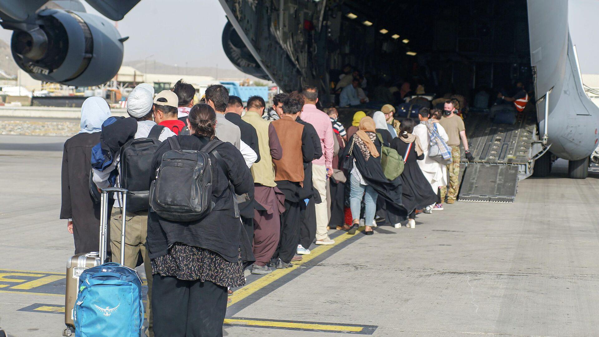 Беженцы в аэропорту Кабула - Sputnik Ўзбекистон, 1920, 01.09.2021