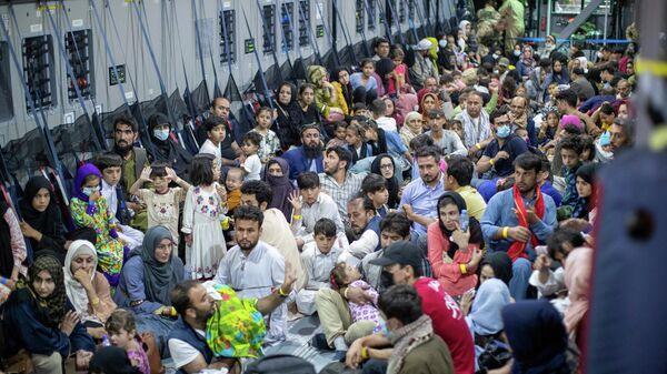 Эвакуированные из Афганистана в самолете Airbus A400 ВВС Германии в Ташкенте, Узбекистан. Снимок сделан 21 августа 2021 года. - Sputnik Узбекистан