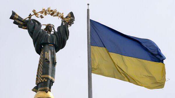 Flag Ukrainы na fone Monumenta Nezavisimosti na ploщadi Nezavisimosti v Kiyeve - Sputnik Oʻzbekiston