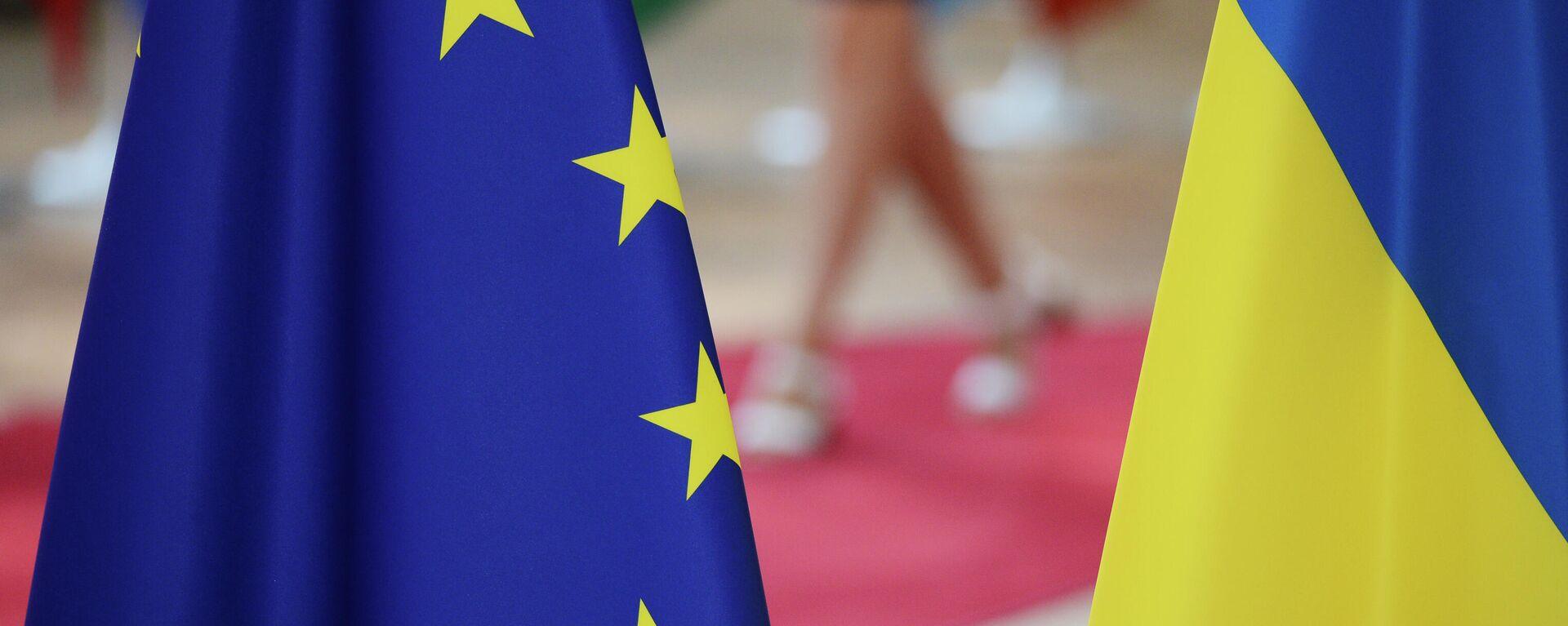 Флаги Украины и Европейского Союза. - Sputnik Ўзбекистон, 1920, 23.08.2021