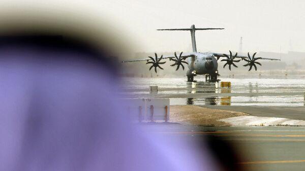 Военно-транспортный самолет Airbus A400M эвакуирует людей из Афганистана - Sputnik Узбекистан