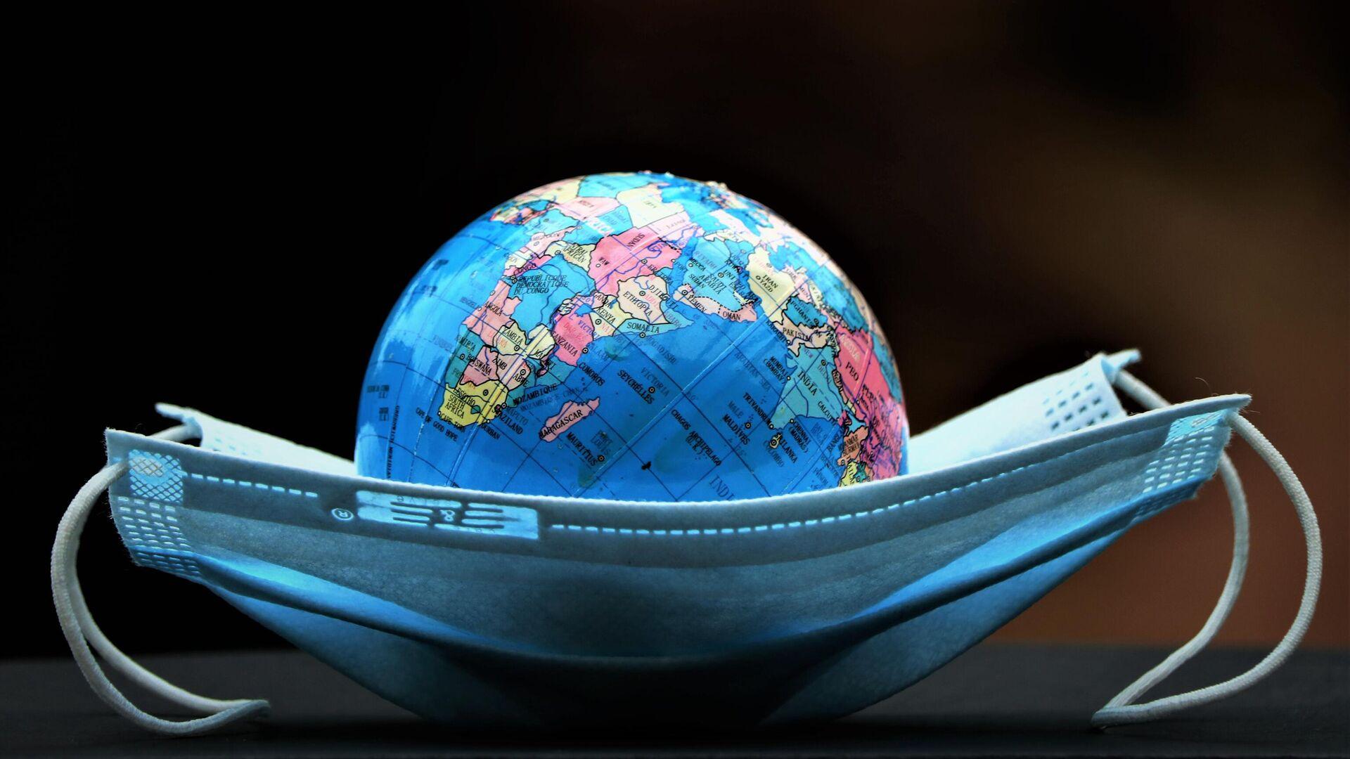 Земной шар в средстве индивидуальной защиты - Sputnik Ўзбекистон, 1920, 24.08.2021