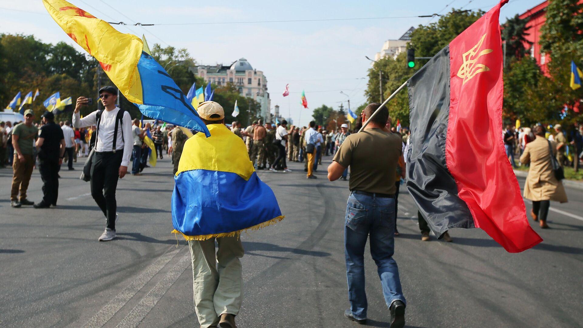 Участники Марша защитников Украины во время акции в рамках празднования Дня независимости страны в Киеве - Sputnik Узбекистан, 1920, 24.08.2021