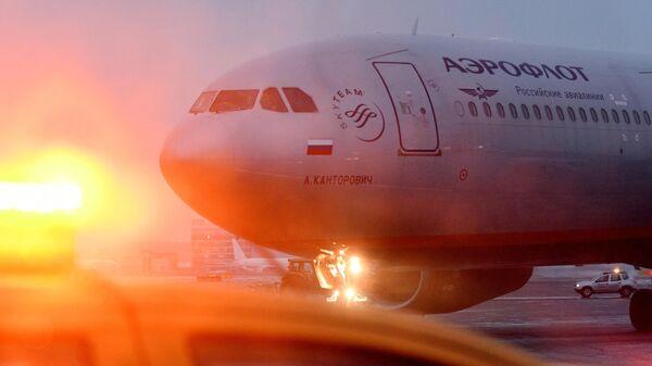 Самолет авиакомпании Аэрофлот на взлетной полосе Международного аэропорта Шереметьево - Sputnik Узбекистан