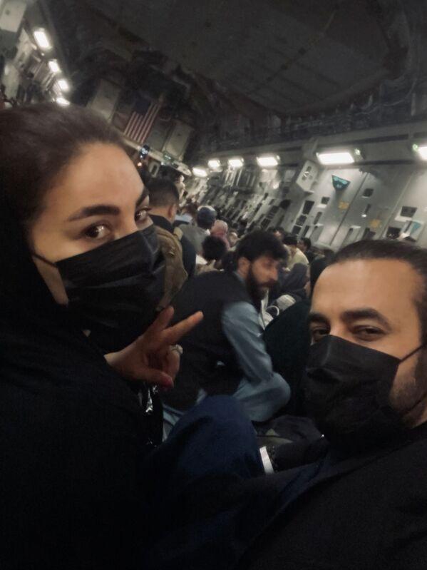 Афганская певица Aryana Sayeed в самолете во время эвакуации из Кабула. - Sputnik Узбекистан