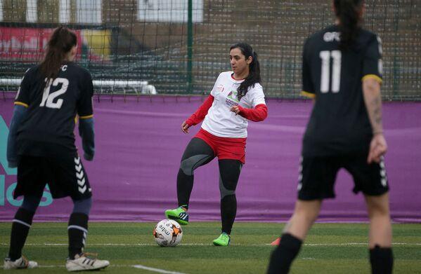 Бывший член женской футбольной команды Афганистана Khalida Popal в Лондоне, 18 августа 2021 года. - Sputnik Узбекистан