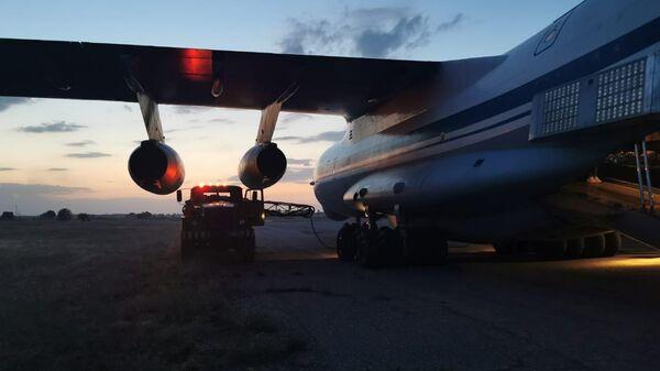 Zapravka toplivom gruzovogo samoleta Il-76MD vo vremya evakuatsii grajdan RF iz Afganistana. - Sputnik Oʻzbekiston