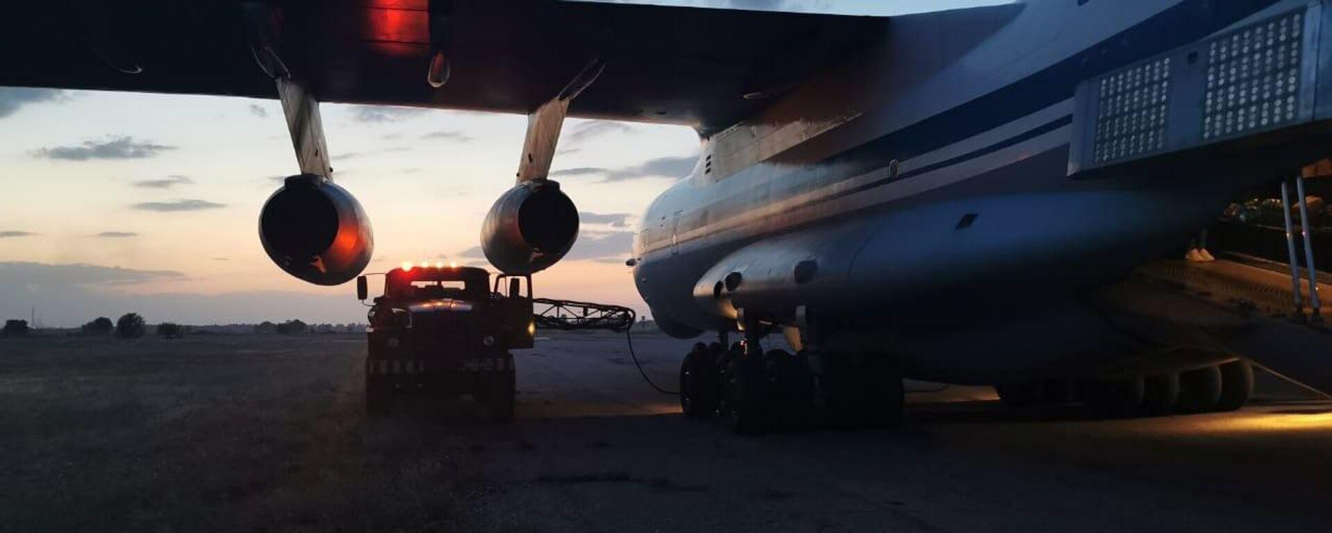 Zapravka toplivom gruzovogo samoleta Il-76MD vo vremya evakuatsii grajdan RF iz Afganistana. - Sputnik Oʻzbekiston, 1920, 25.08.2021