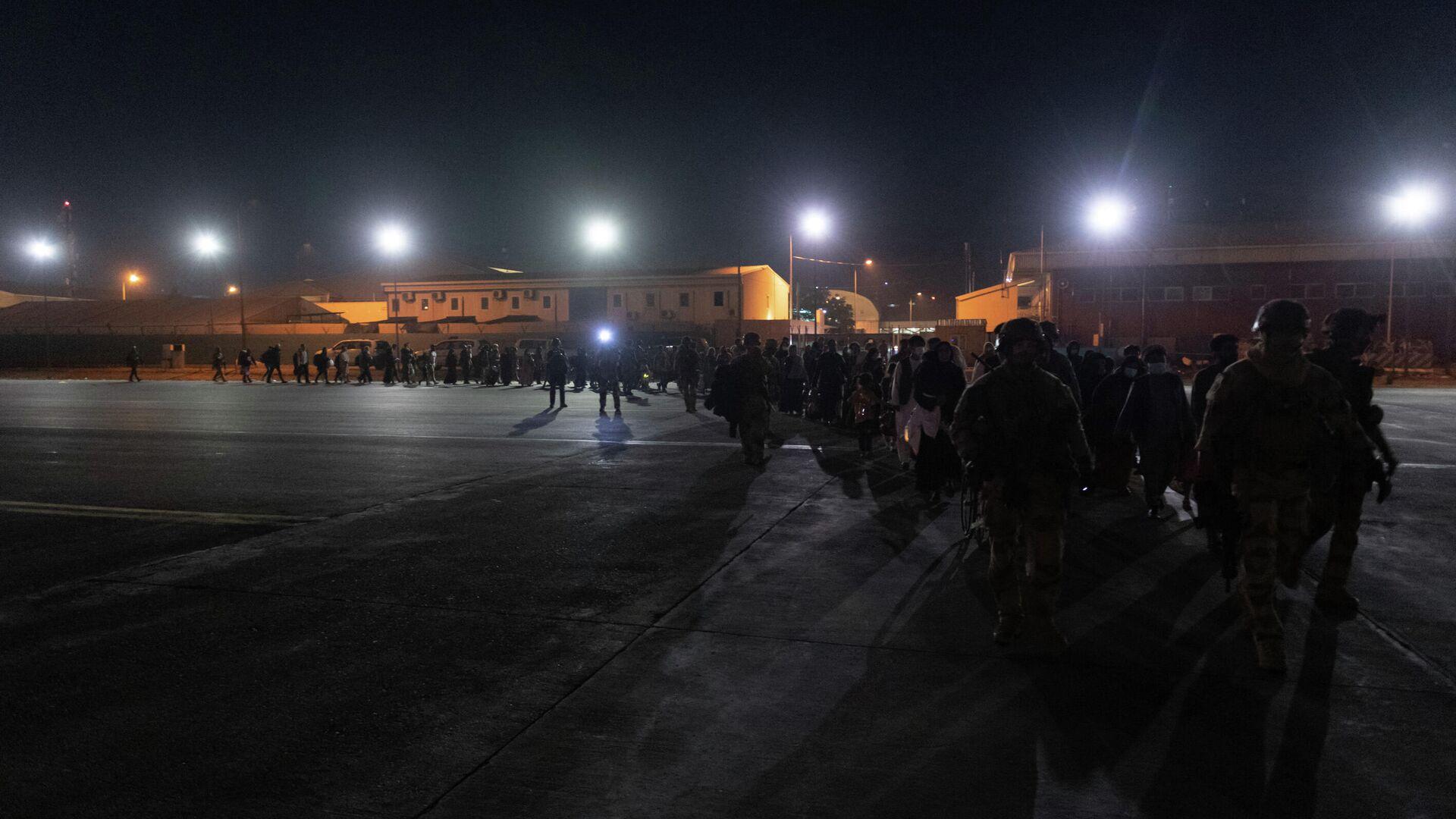 Evakuatsiya v aeroportu Kabula - Sputnik Oʻzbekiston, 1920, 26.08.2021