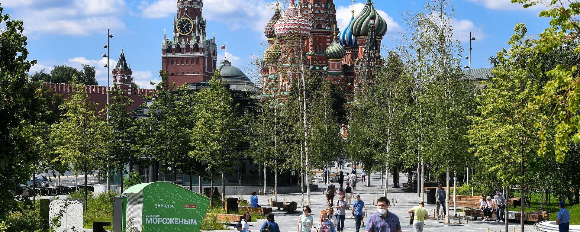 Отдыхающие в природно-ландшафтном парке Зарядье в Москве - Sputnik Узбекистан, 1920, 29.08.2021
