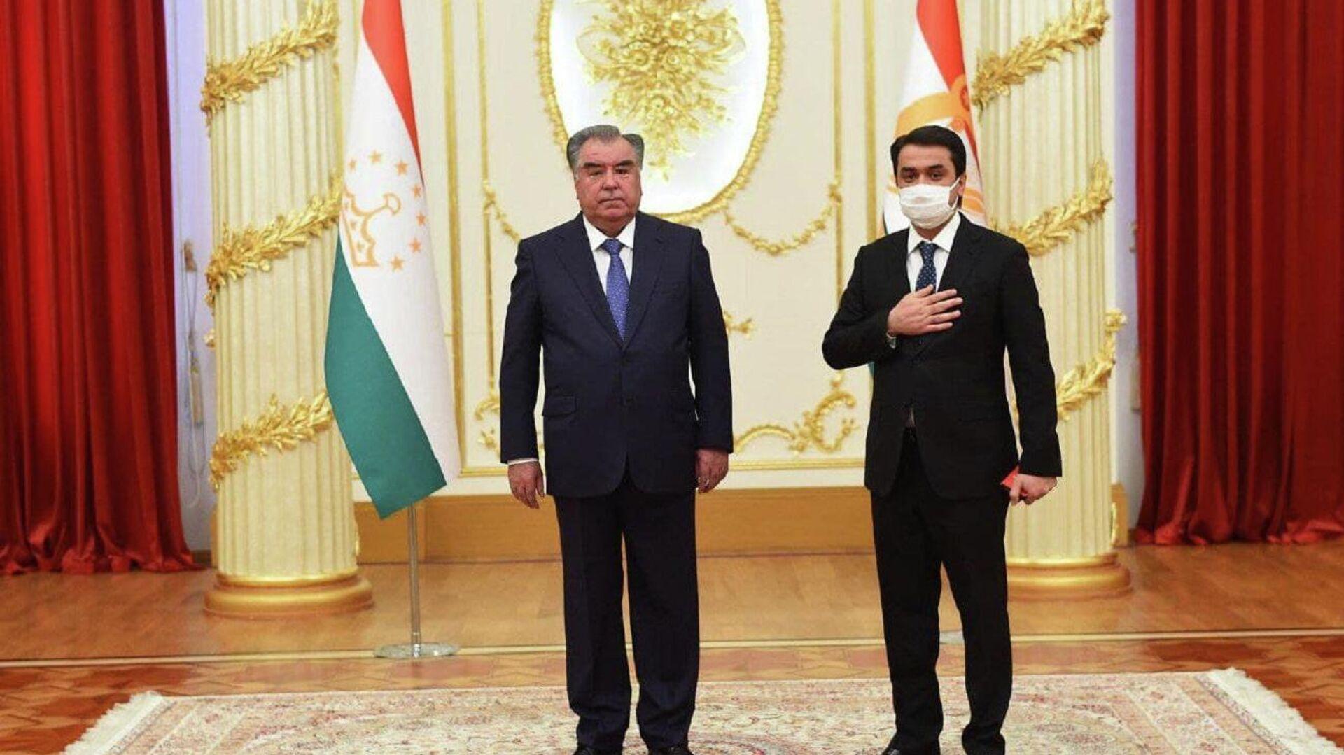 Президент Таджикистана Эмомали Рахмон и его сын Рустам Эмомали - Sputnik Ўзбекистон, 1920, 01.09.2021