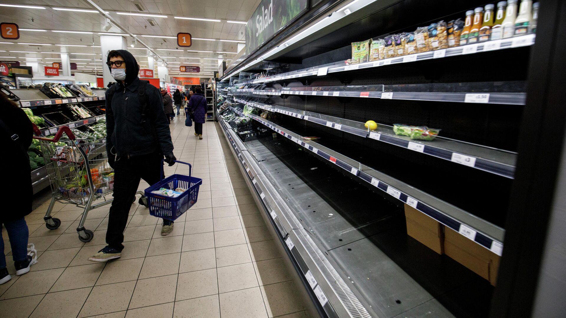 Люди возле пустых полок в супермаркете Лондона - Sputnik Узбекистан, 1920, 01.09.2021