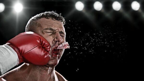 Хук слева во время боксерского поединка - Sputnik Узбекистан