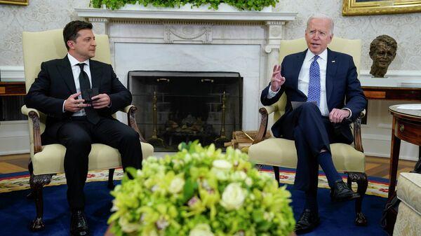 Президент Украины Владимир Зеленский во время встречи с президентом США Джо Байденом - Sputnik Узбекистан