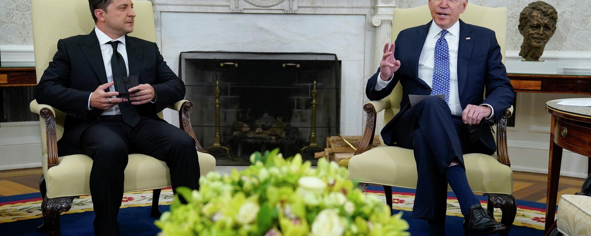 Президент Украины Владимир Зеленский во время встречи с президентом США Джо Байденом - Sputnik Узбекистан, 1920, 02.09.2021