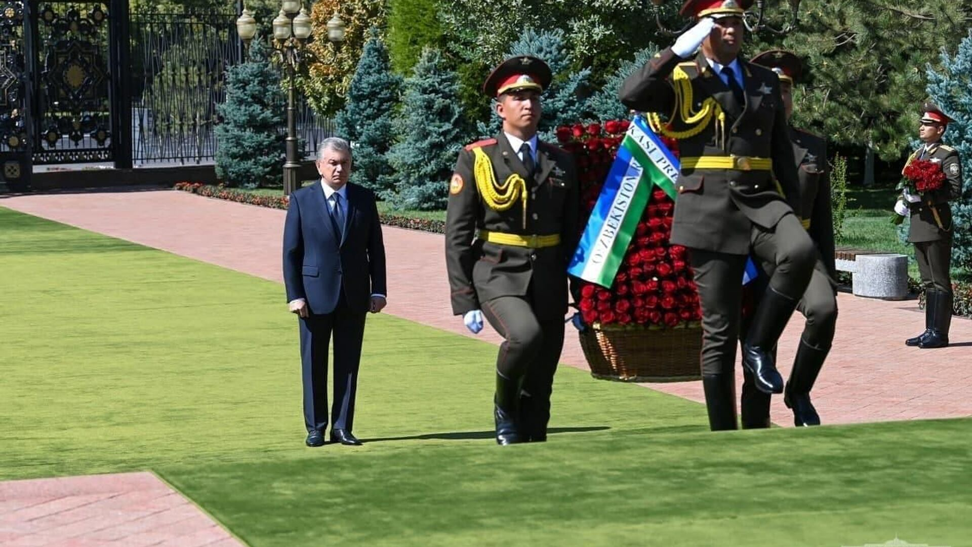 Президент Шавкат Мирзиёев 2 сентября возложил цветы к подножию памятника первому президенту Узбекистана Исламу Каримову - Sputnik Ўзбекистон, 1920, 02.09.2021