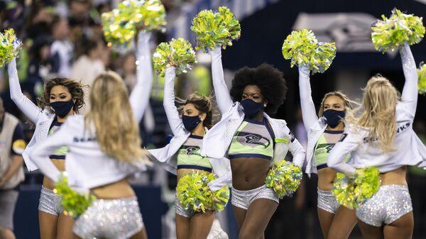 Чирлидеры во время тайм-аута футбольного матча НФЛ между командами Los Angeles Chargers и Seattle Seahawks в Сиэтле - Sputnik Ўзбекистон