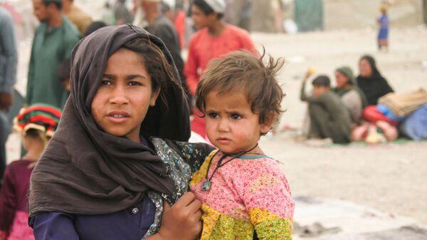 Афганцы в импровизированном лагере возле железнодорожной станции в Чамане, Пакистан - Sputnik Узбекистан