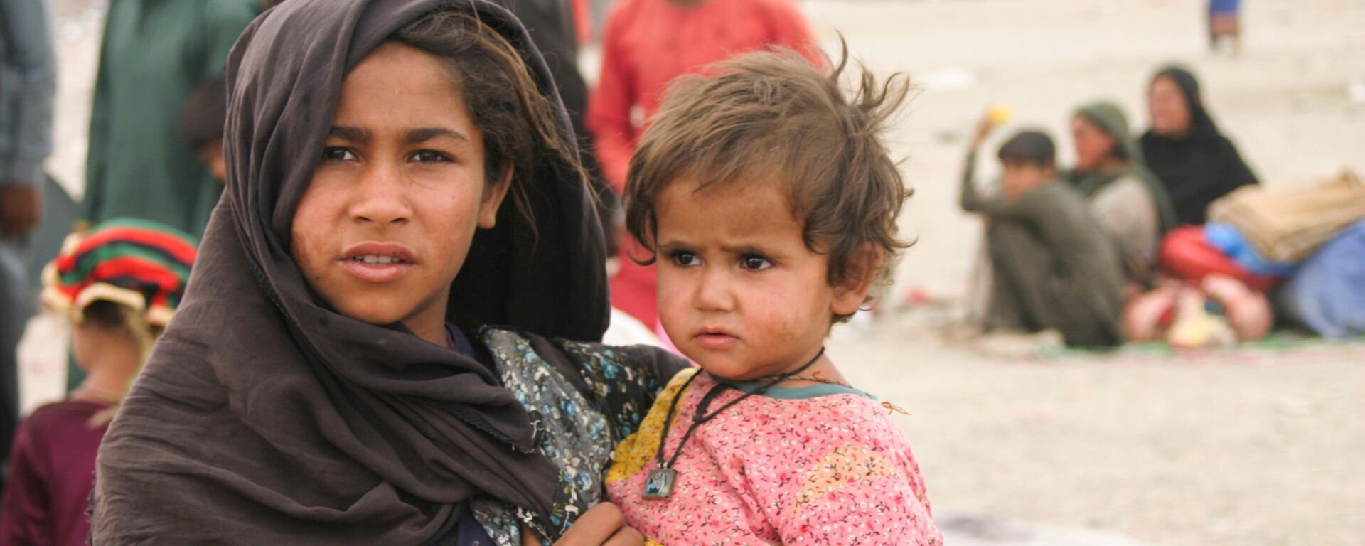 Афганцы в импровизированном лагере возле железнодорожной станции в Чамане, Пакистан - Sputnik Узбекистан, 1920, 04.09.2021