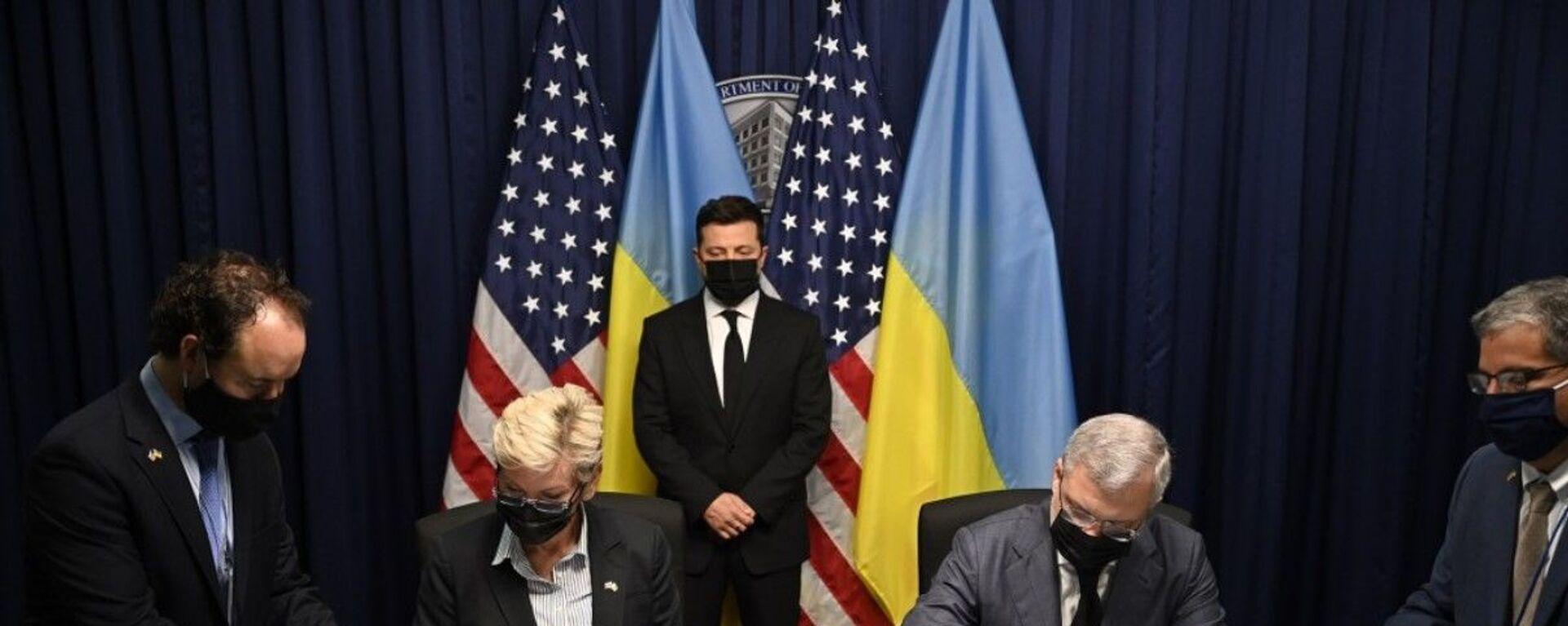 Владимир Зеленский во время подписания документов в ходе его визита в США - Sputnik Узбекистан, 1920, 04.09.2021