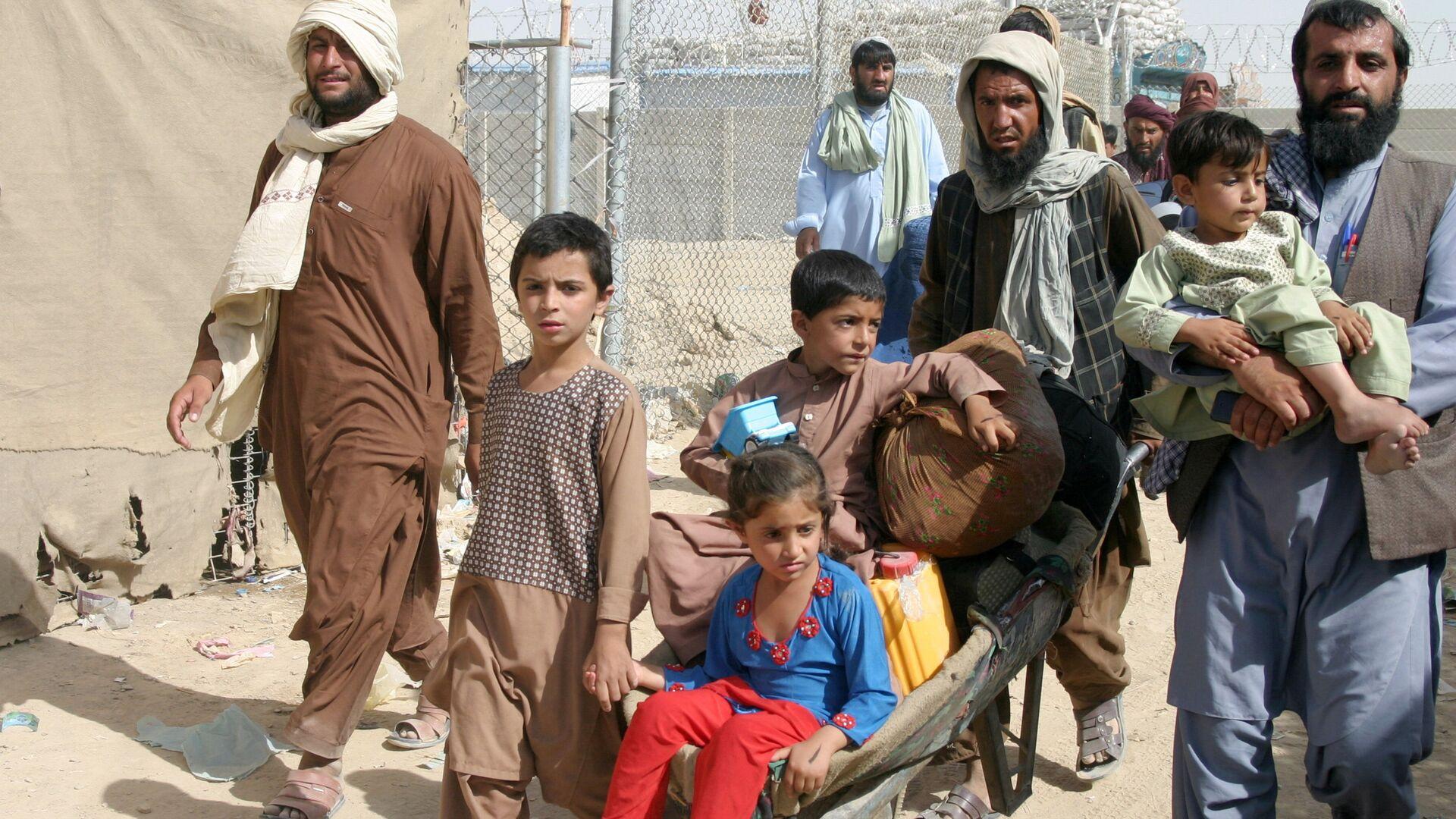 Семья из Афганистана на контрольно-пропускном пункте Ворота дружбы в пакистано-афганском пограничном городе Чаман, Пакистан - Sputnik Узбекистан, 1920, 22.09.2021