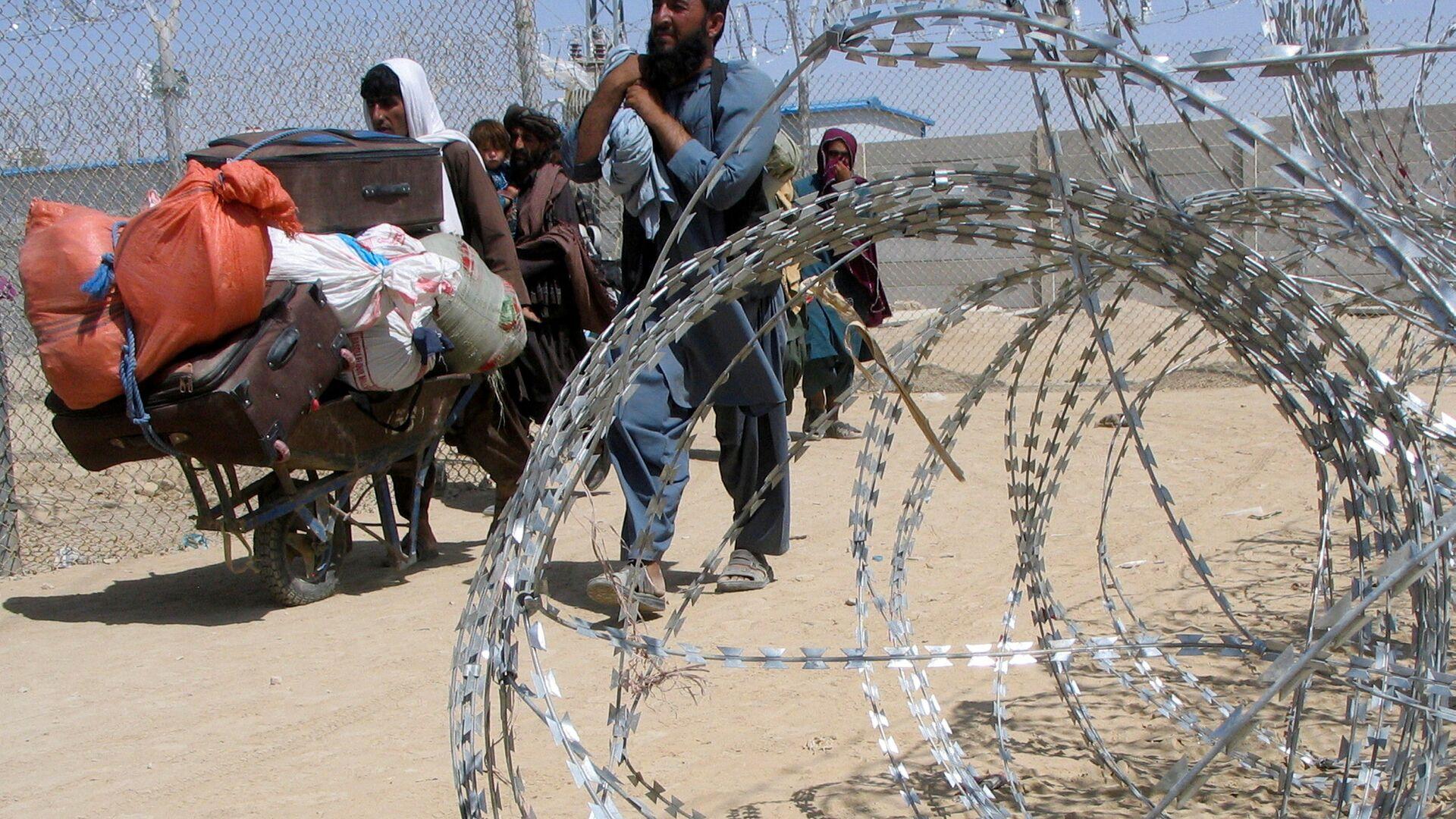 Семья, прибывающая из Афганистана, проходит через контрольно-пропускной пункт Ворота дружбы в пакистано-афганском пограничном городе Чаман, Пакистан - Sputnik Узбекистан, 1920, 06.09.2021