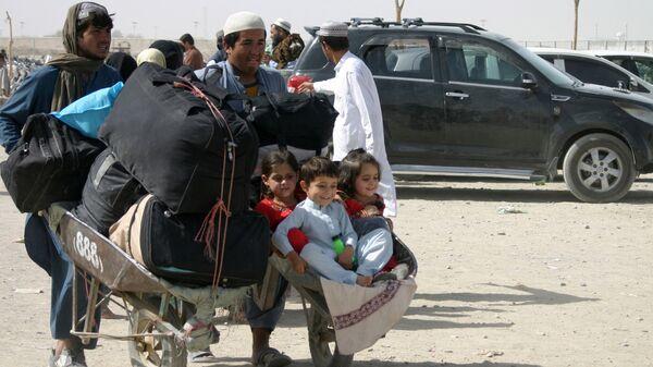 Семья из Афганистана с вещами на контрольно-пропускном пункте Ворота дружбы в пакистано-афганском пограничном городе Чаман, Пакистан - Sputnik Узбекистан