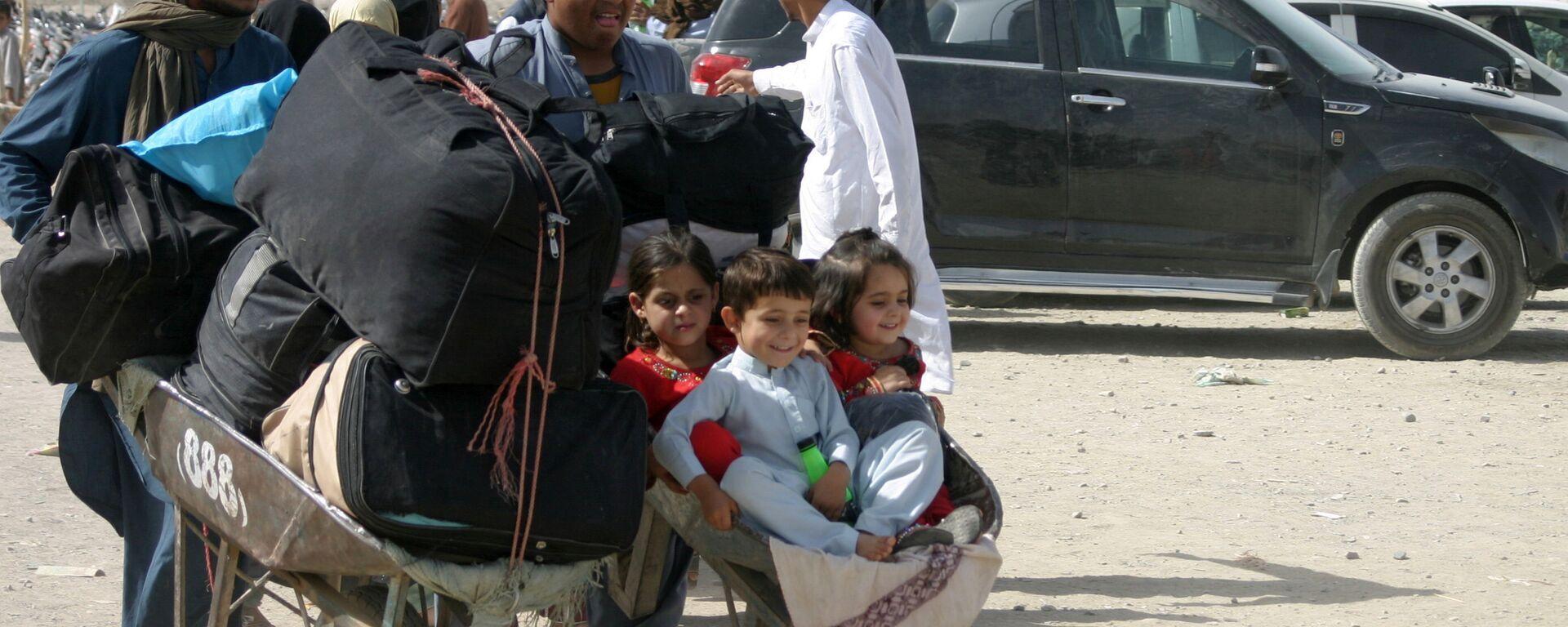 Семья из Афганистана с вещами на контрольно-пропускном пункте Ворота дружбы в пакистано-афганском пограничном городе Чаман, Пакистан - Sputnik Узбекистан, 1920, 20.09.2021
