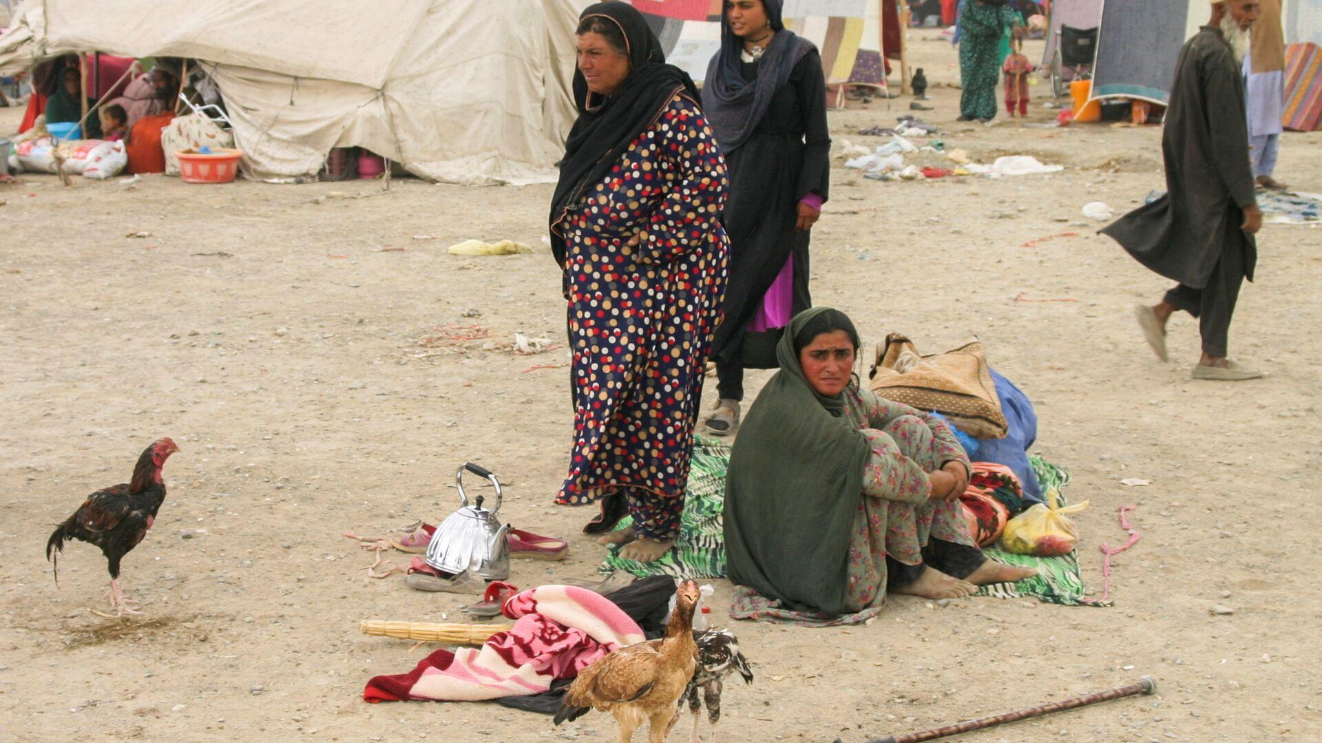 Семья афганских беженцев с вещами возле железнодорожной станции в Чамане, Пакистан - Sputnik Ўзбекистон, 1920, 07.10.2021
