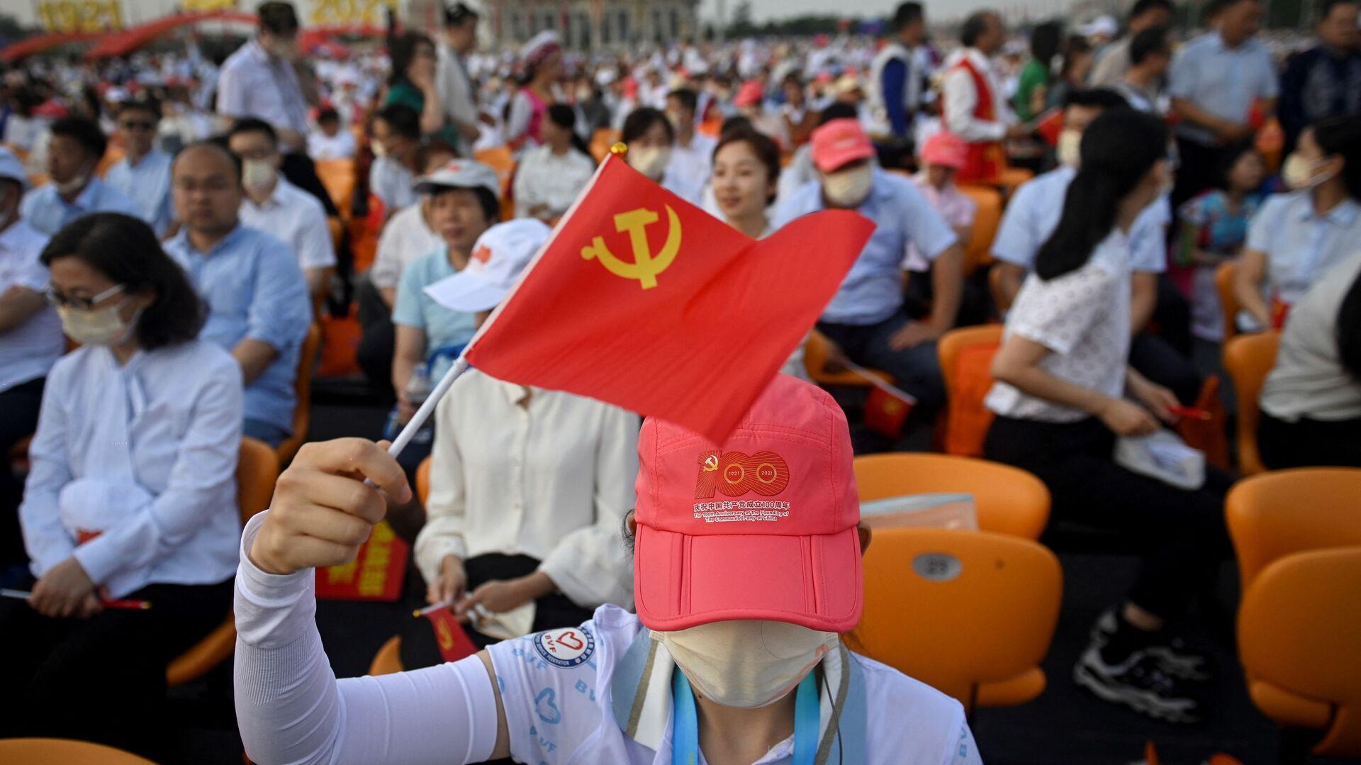 Люди на праздновании 100-летия Коммунистической партии Китая в Пекине - Sputnik Узбекистан, 1920, 05.09.2021