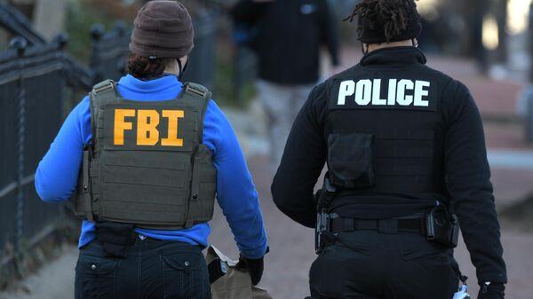 Сотрудники ФБР и полиции у здания Капитолия в Вашингтоне - Sputnik Ўзбекистон