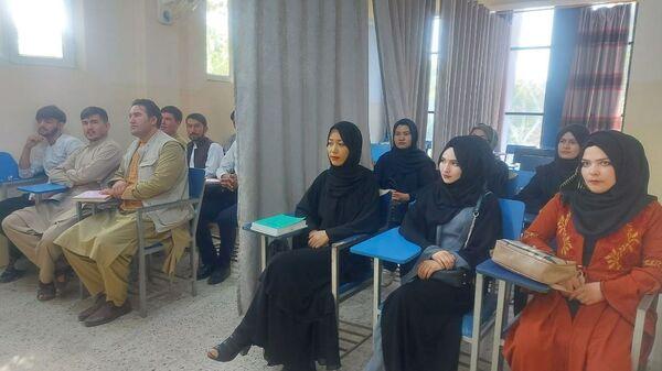 Studentы vo vremya uroka v universitete Avicenna v Kabule  - Sputnik Oʻzbekiston