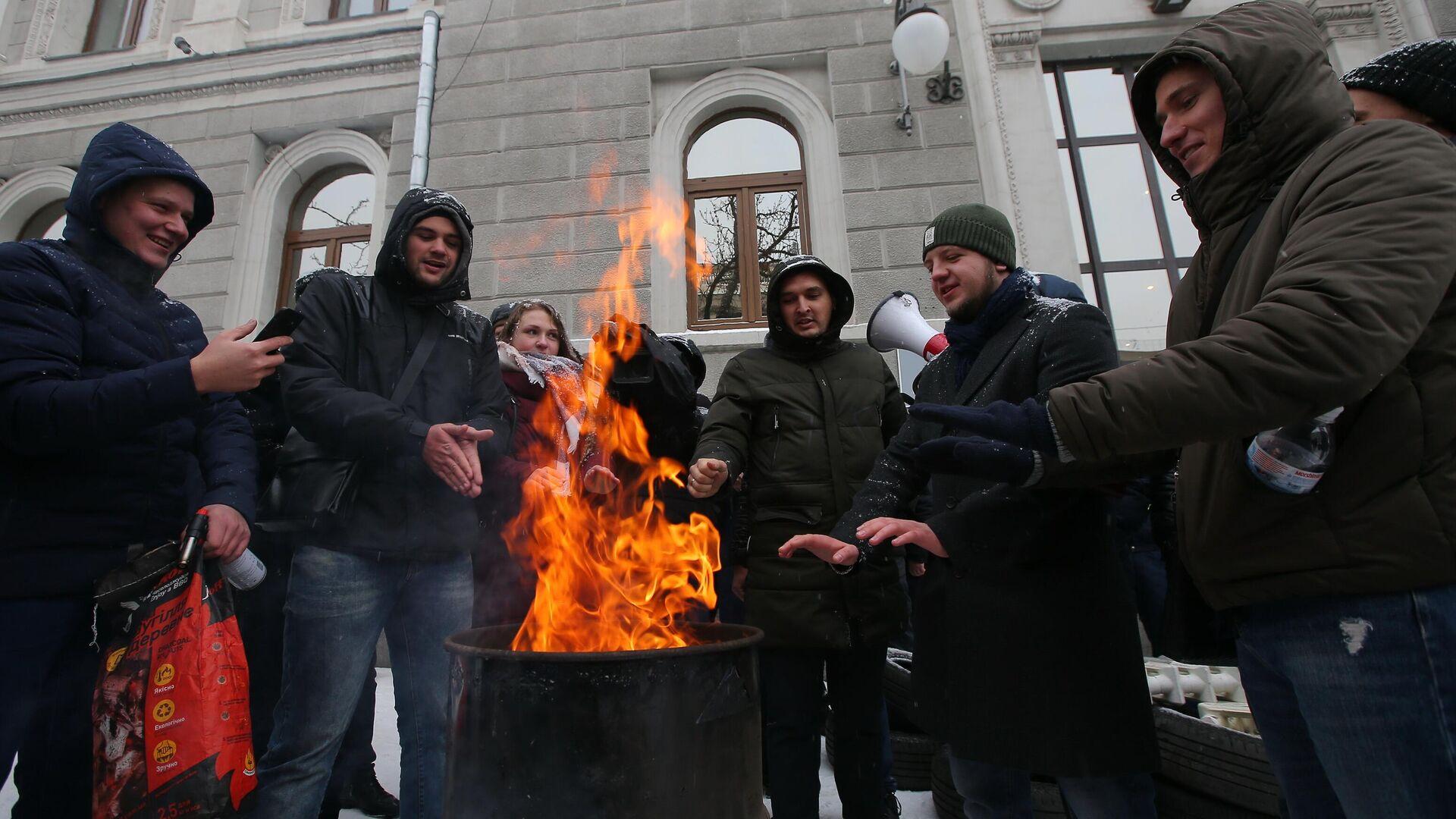 Жители Киева проводят протестную акцию у здания компании Нафтогаз-Украина  - Sputnik Узбекистан, 1920, 08.09.2021