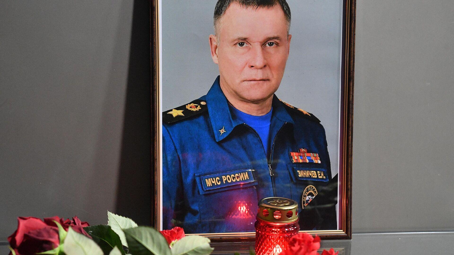 Цветы в память о главе МЧС Е. Зиничеве - Sputnik Узбекистан, 1920, 09.09.2021
