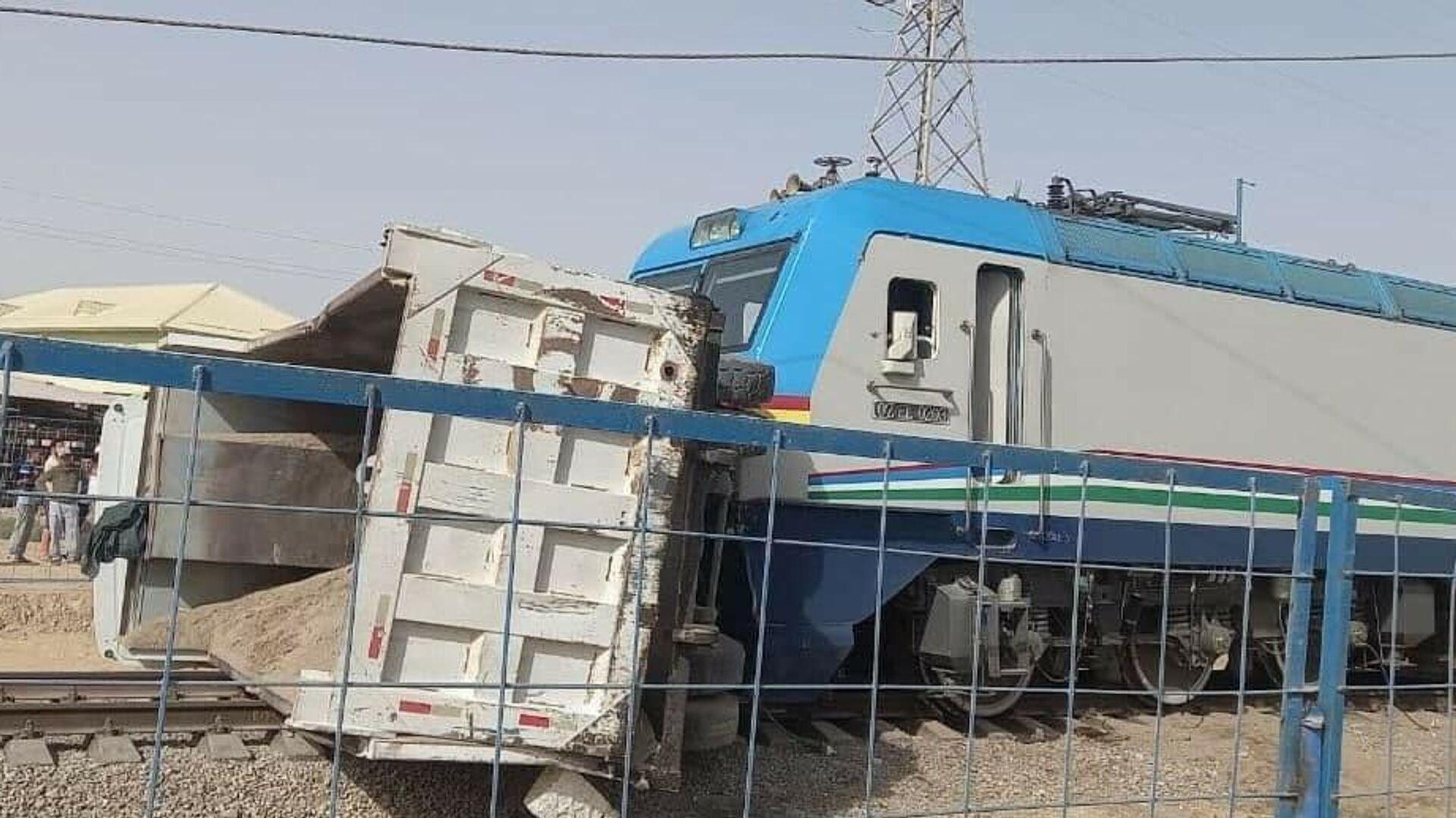 Столкновение грузовика с поездом в Сурхандарьинской области - Sputnik Узбекистан, 1920, 09.09.2021