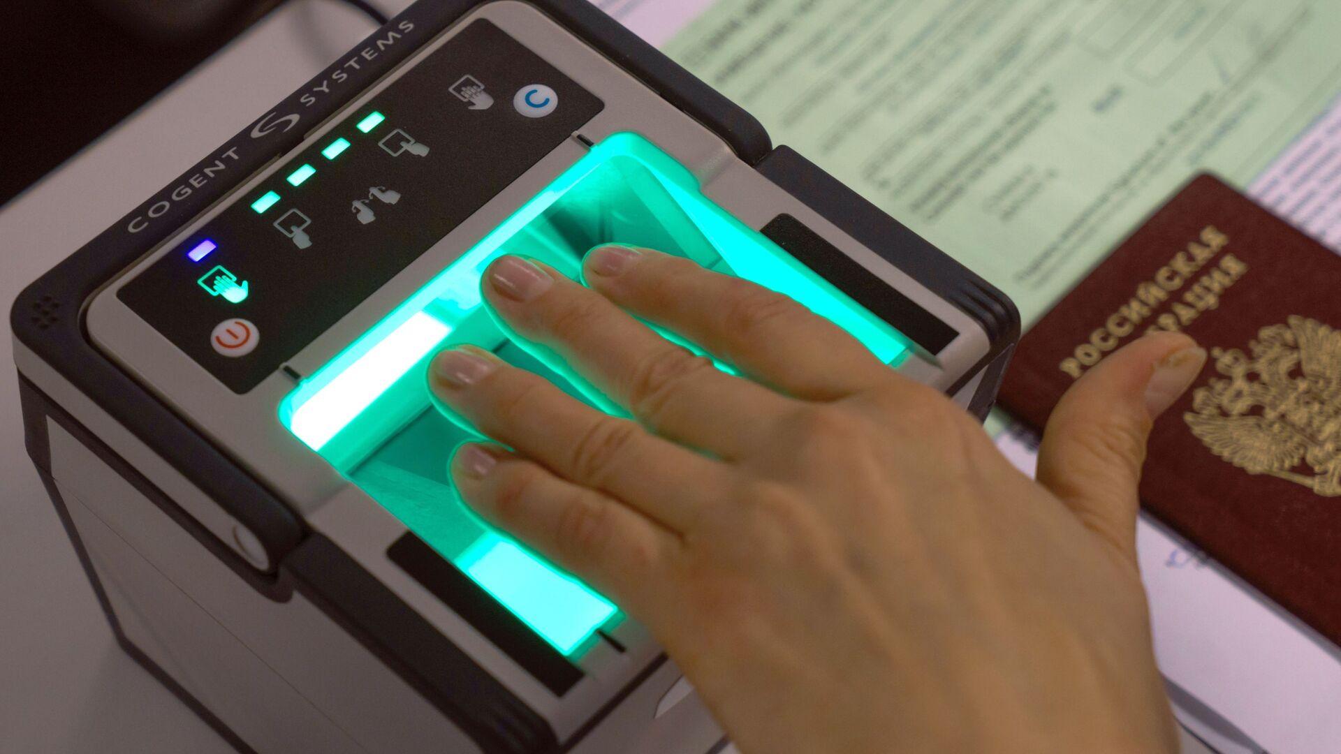 Демонстрация процедуры снятия биометрических данных в визовом центре Санкт-Петербурга - Sputnik Узбекистан, 1920, 10.09.2021